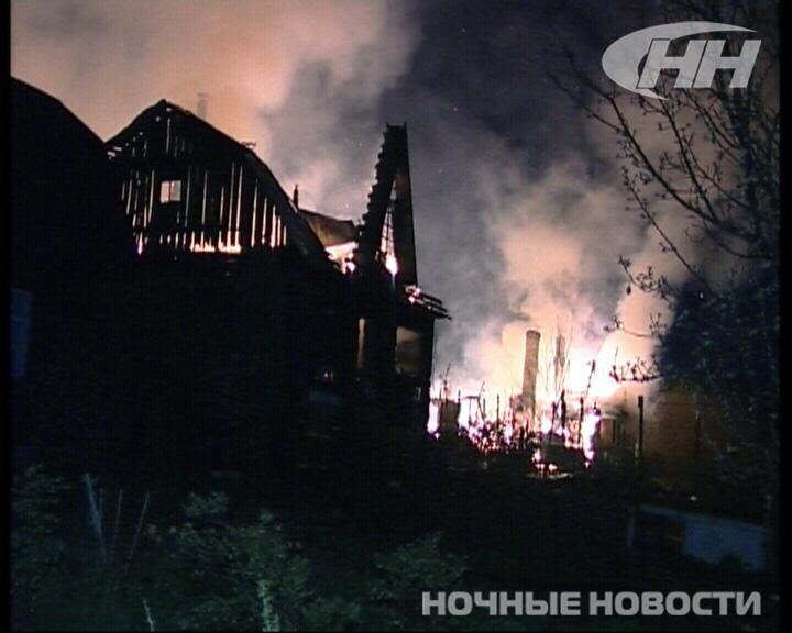 Сразу шесть садовых домиков сгорело в окрестностях Екатеринбурга