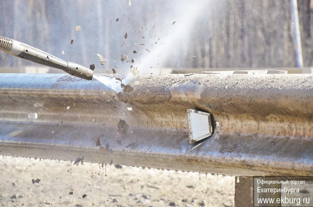 Городские власти обещают к 9 Мая очистить и покрасить ограждения на трассах