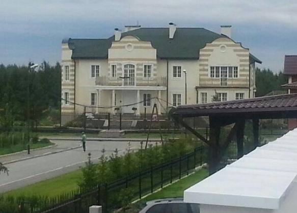 Силовики надолго застряли в огромном доме Владимира Тунгусова