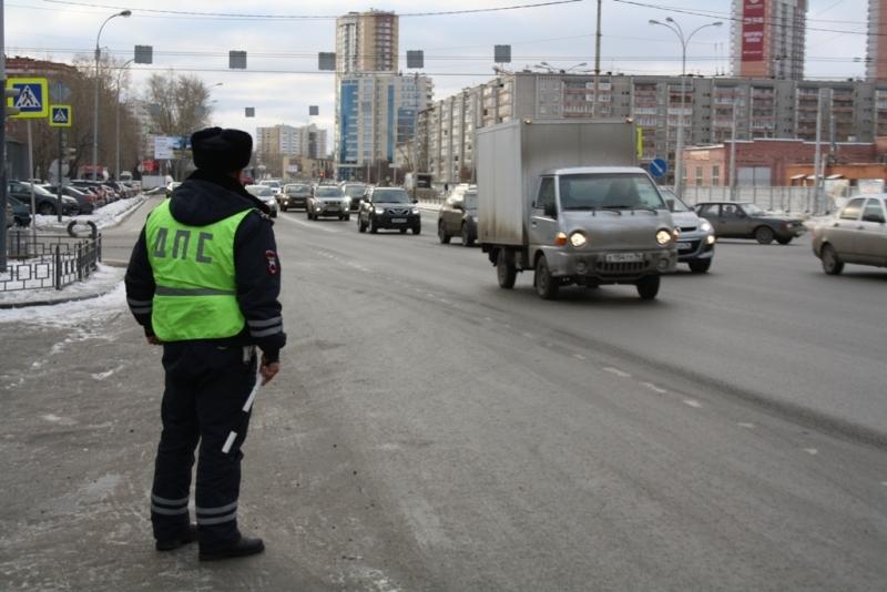 Заклеил, спрятал, перевернул: в Екатеринбурге водителей штрафовали за нечитаемые номера