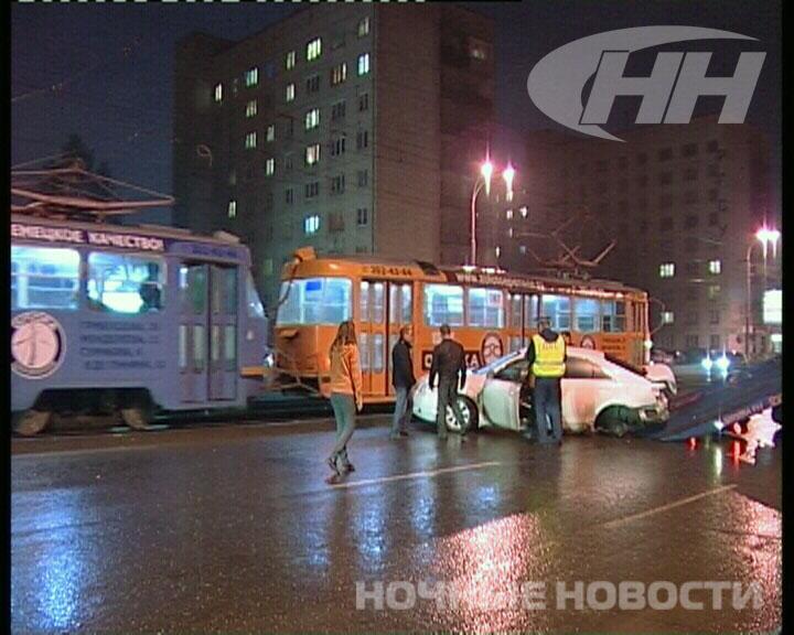 На Уралмаше Toyota врезалась в светофор и вылетела на трамвайные пути