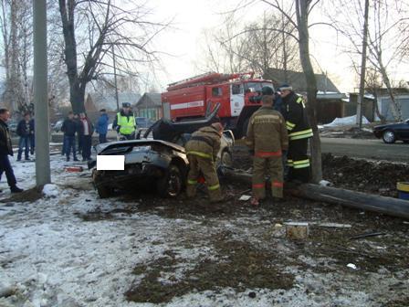В Невьянске ВАЗ на скорости врезался в столб
