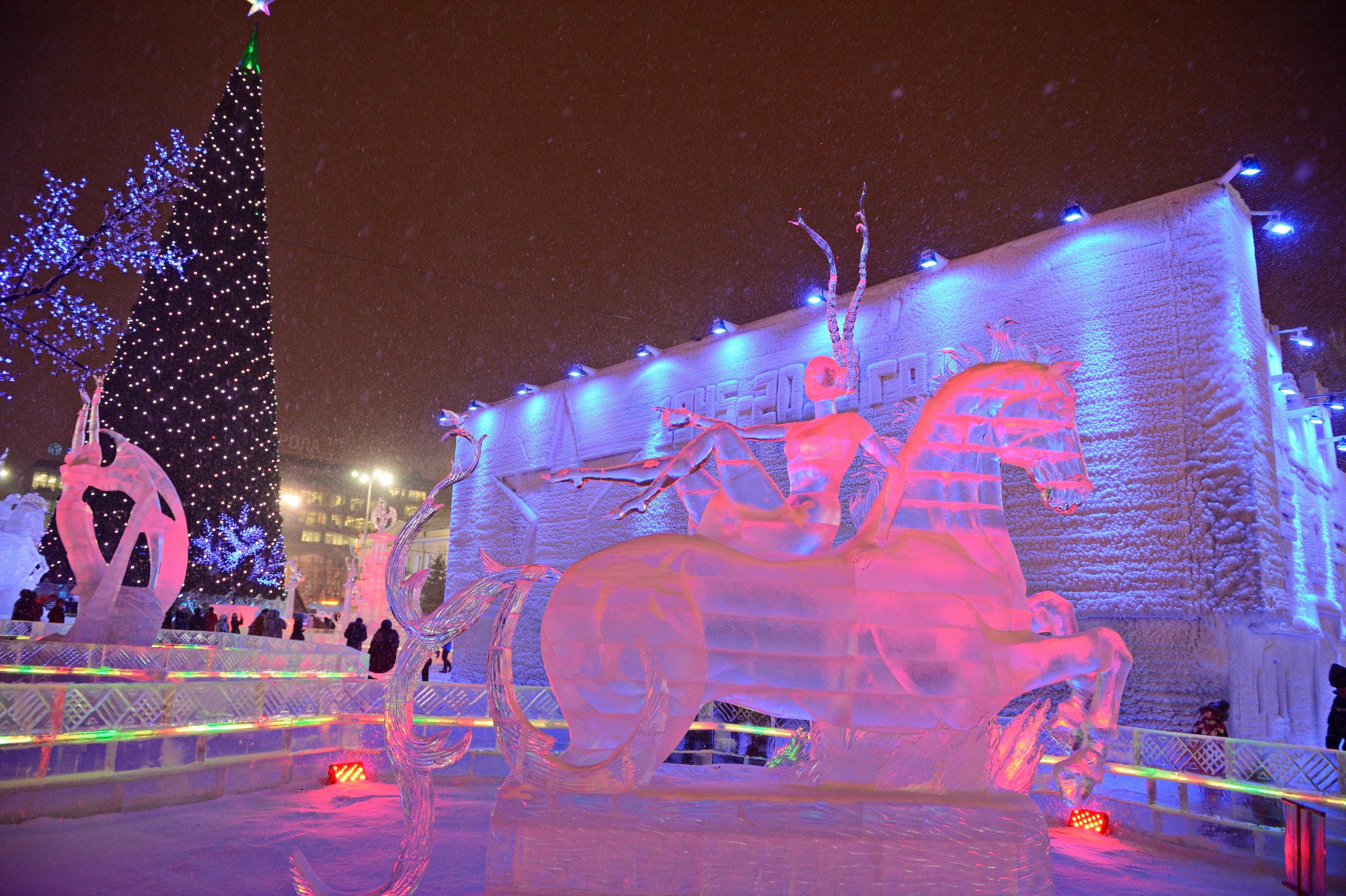 Прокатиться на танках и самолетах: в Екатеринбурге открылся ледовый городок