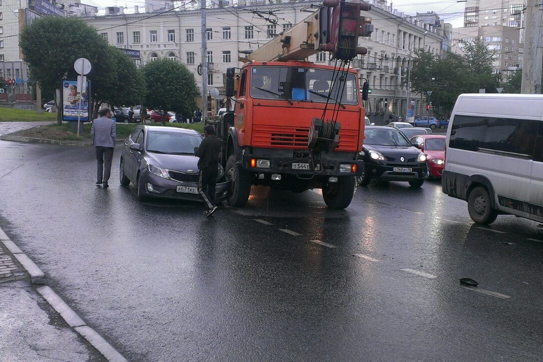 Моська на слона: в центре Екатеринбурга KIA забодала автокран