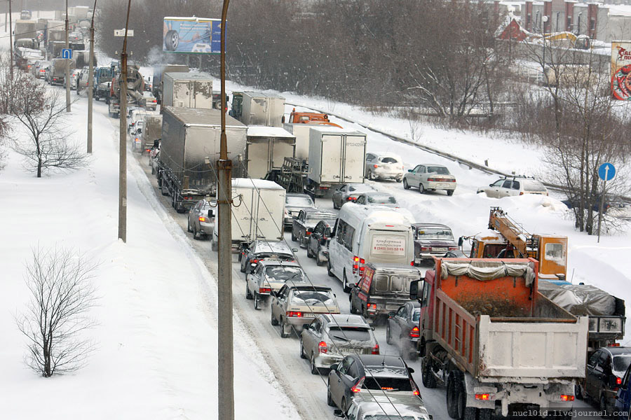 Из-за снегопада на свердловских трассах образуются заторы