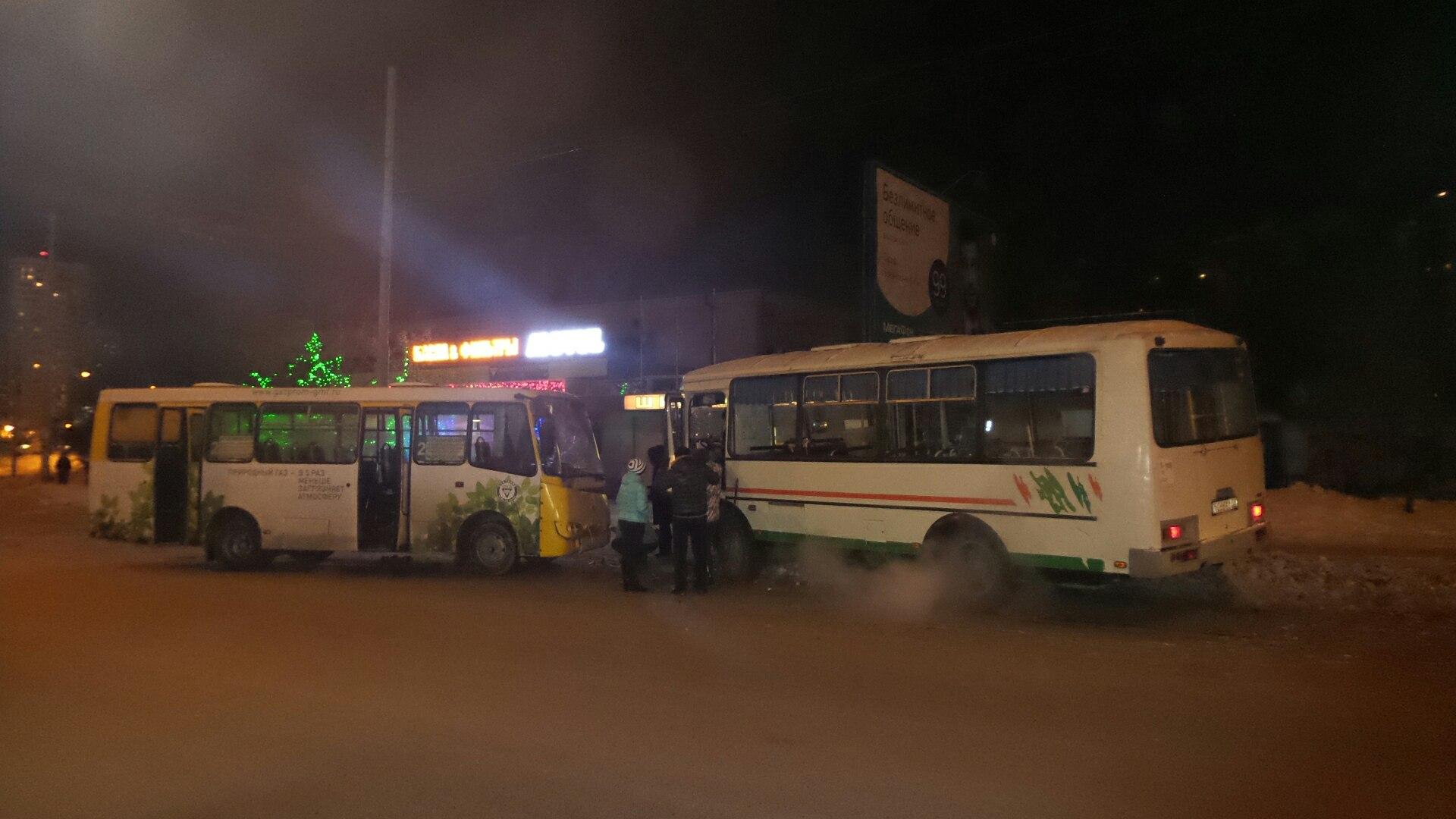 Два заполненных пассажирами автобуса лоб в лоб столкнулись на Крестинского