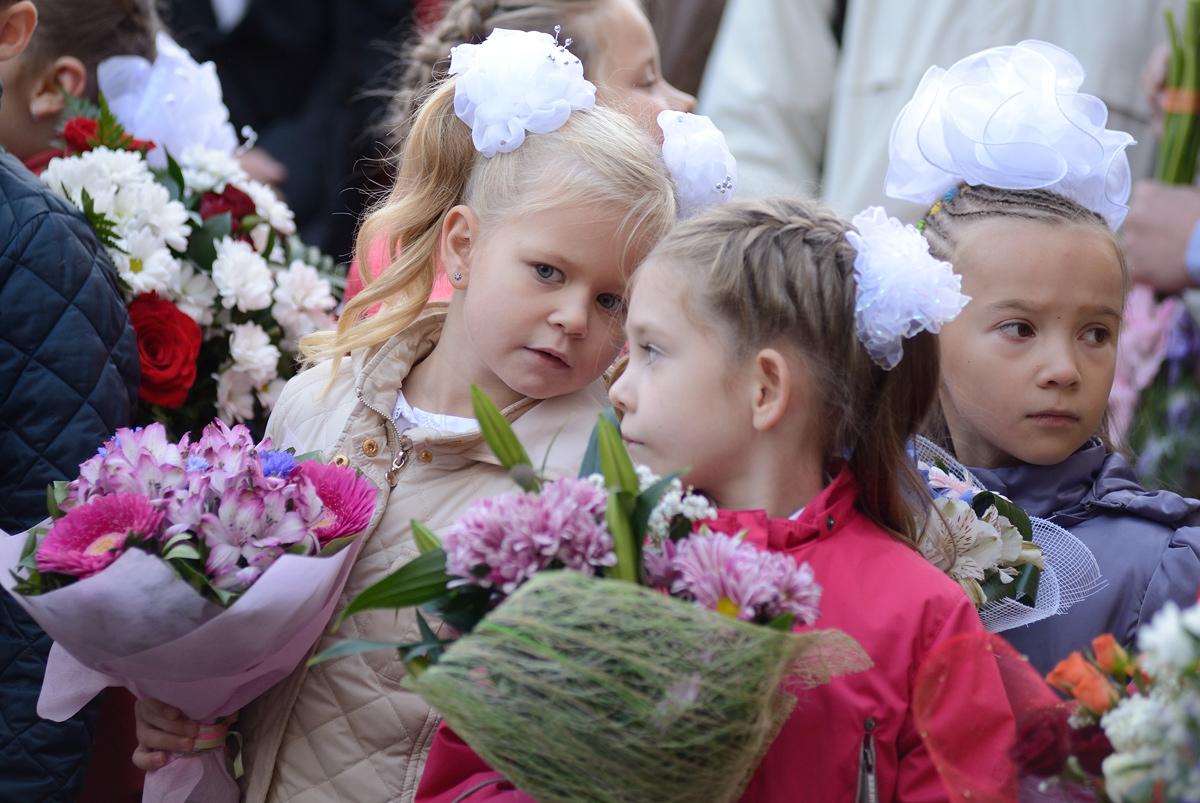 Параллельные миры: празднуем День знаний в элитной гимназии и сельской школе
