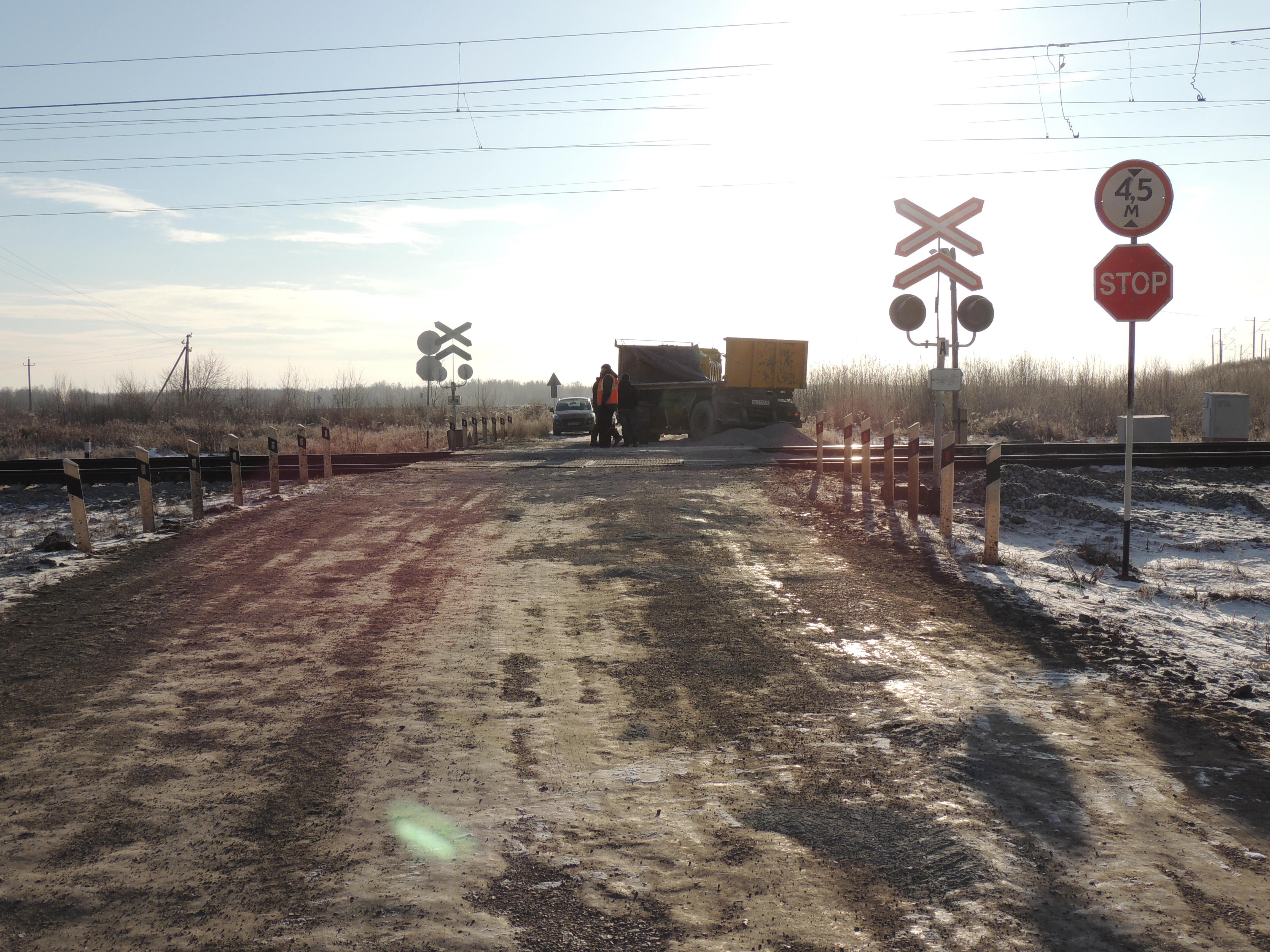 Не проскочил: под Богдановичем пассажирский поезд протаранил грузовик