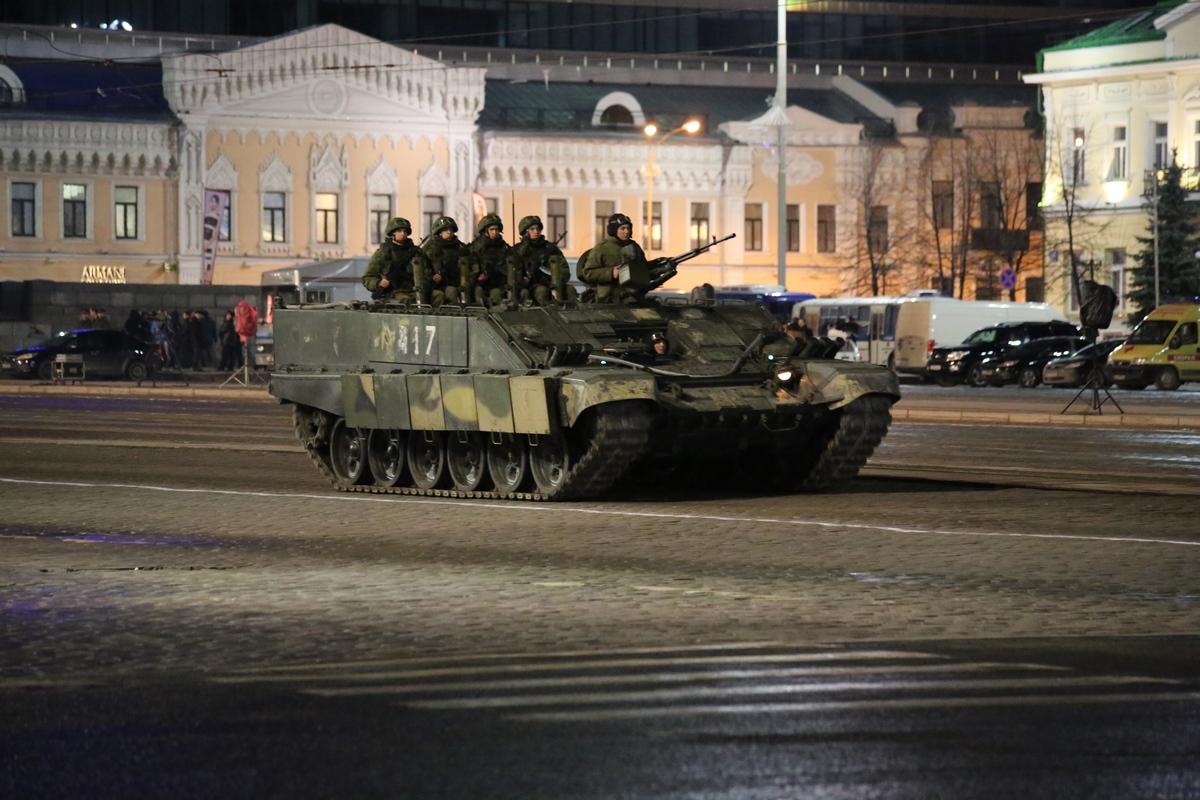 По центру танки грохотали: ночью прошла репетиция парада Победы