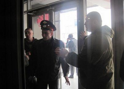 Утром вход в NRG-Спорт снова заблокировала новая охрана