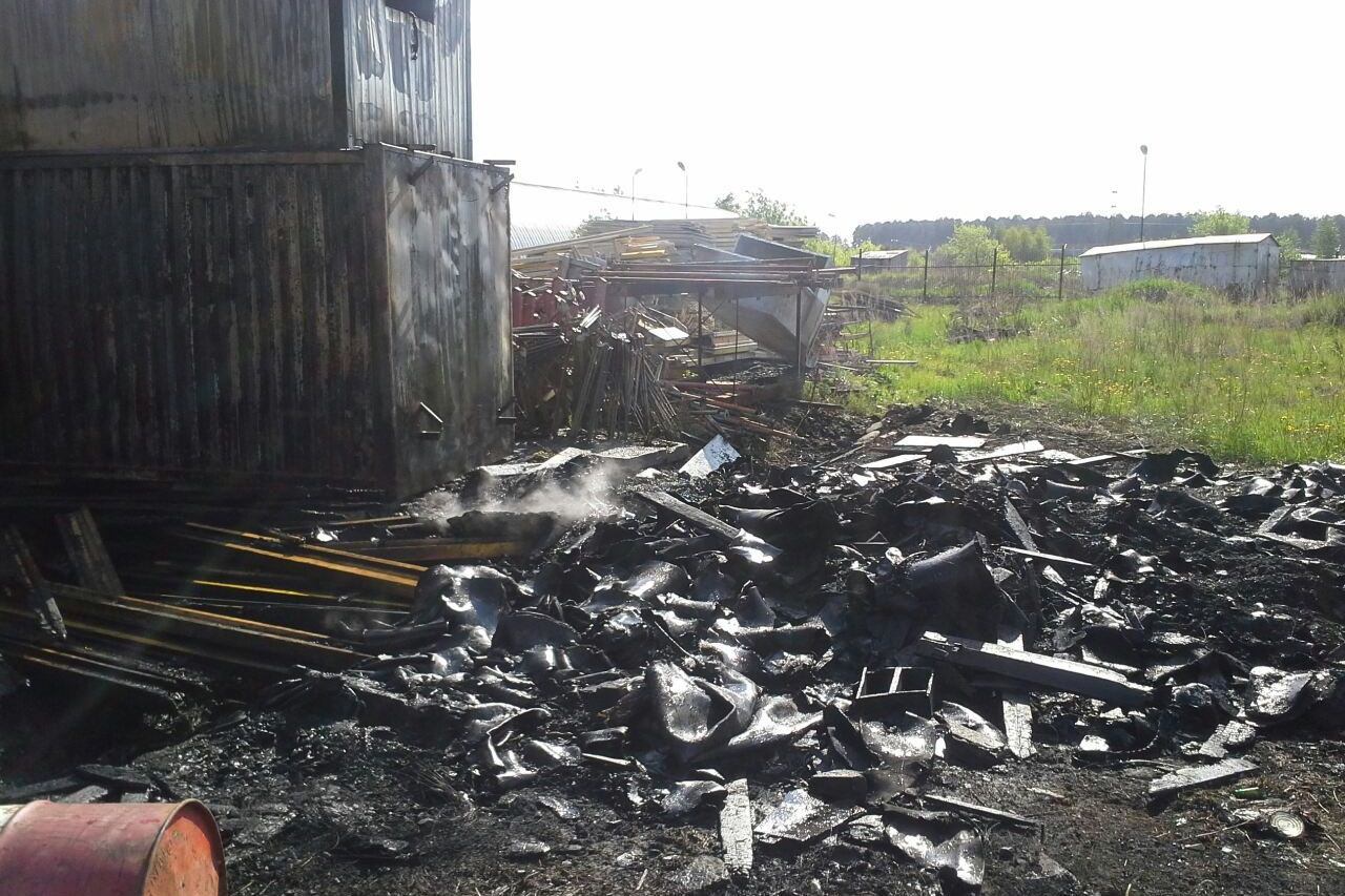 На Уралмаше сгорели шесть строительных вагончиков