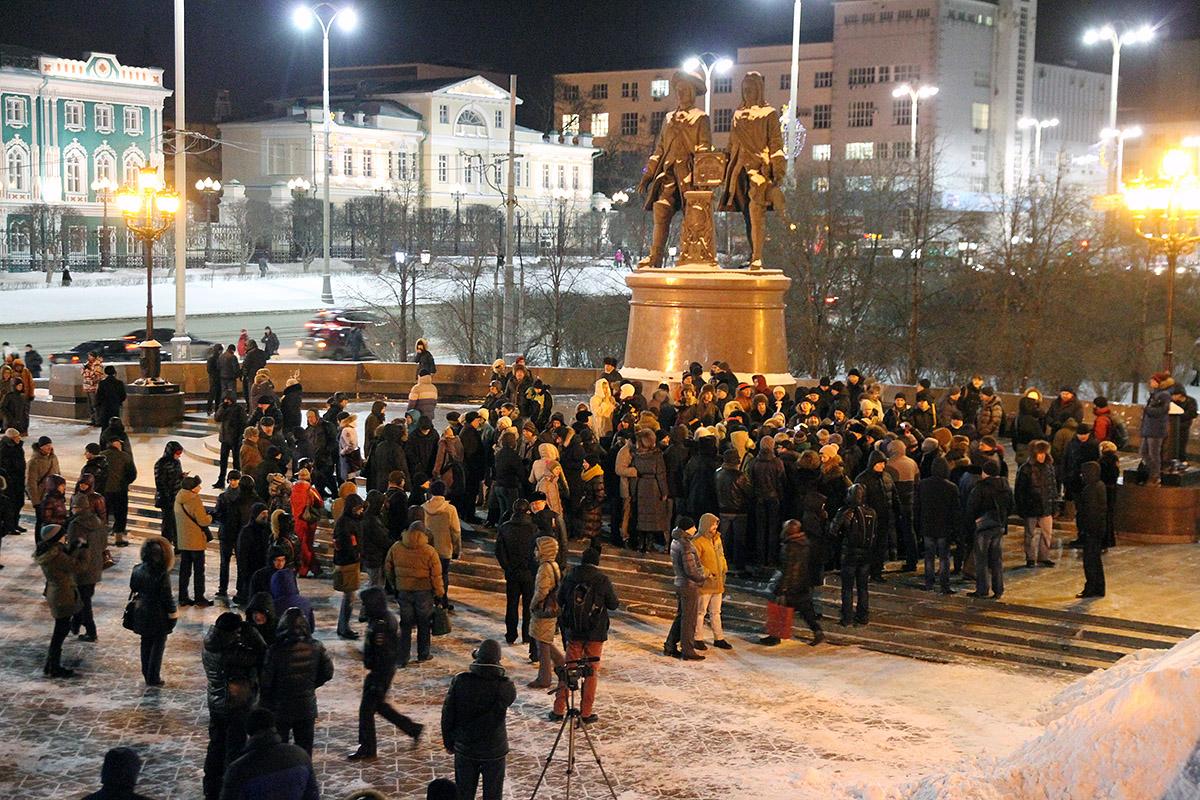 За братьев Навальных: несколько сотен горожан вышли гулять по Екатеринбургу