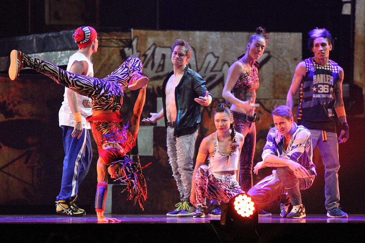 Cirque du Soleil показал историю би-боя Ромео и гимнастки Джульетты на арене ДИВСа
