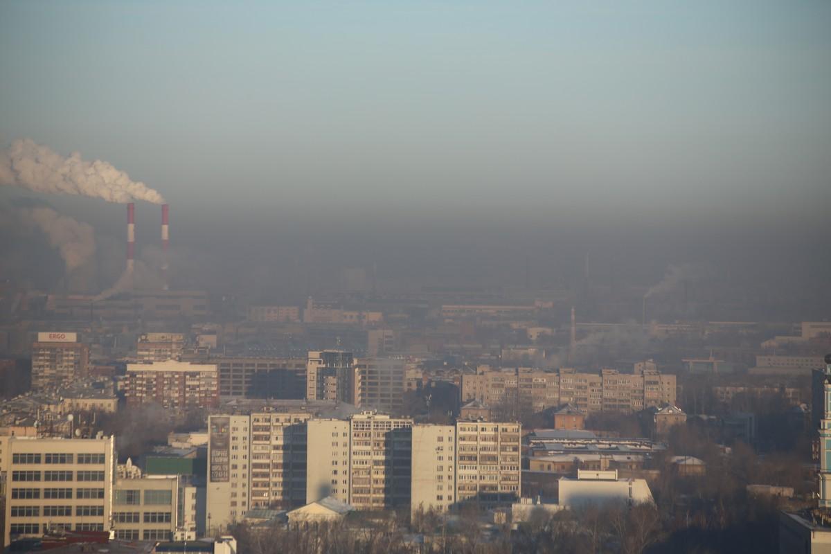 Город тонет в смоге и дыму