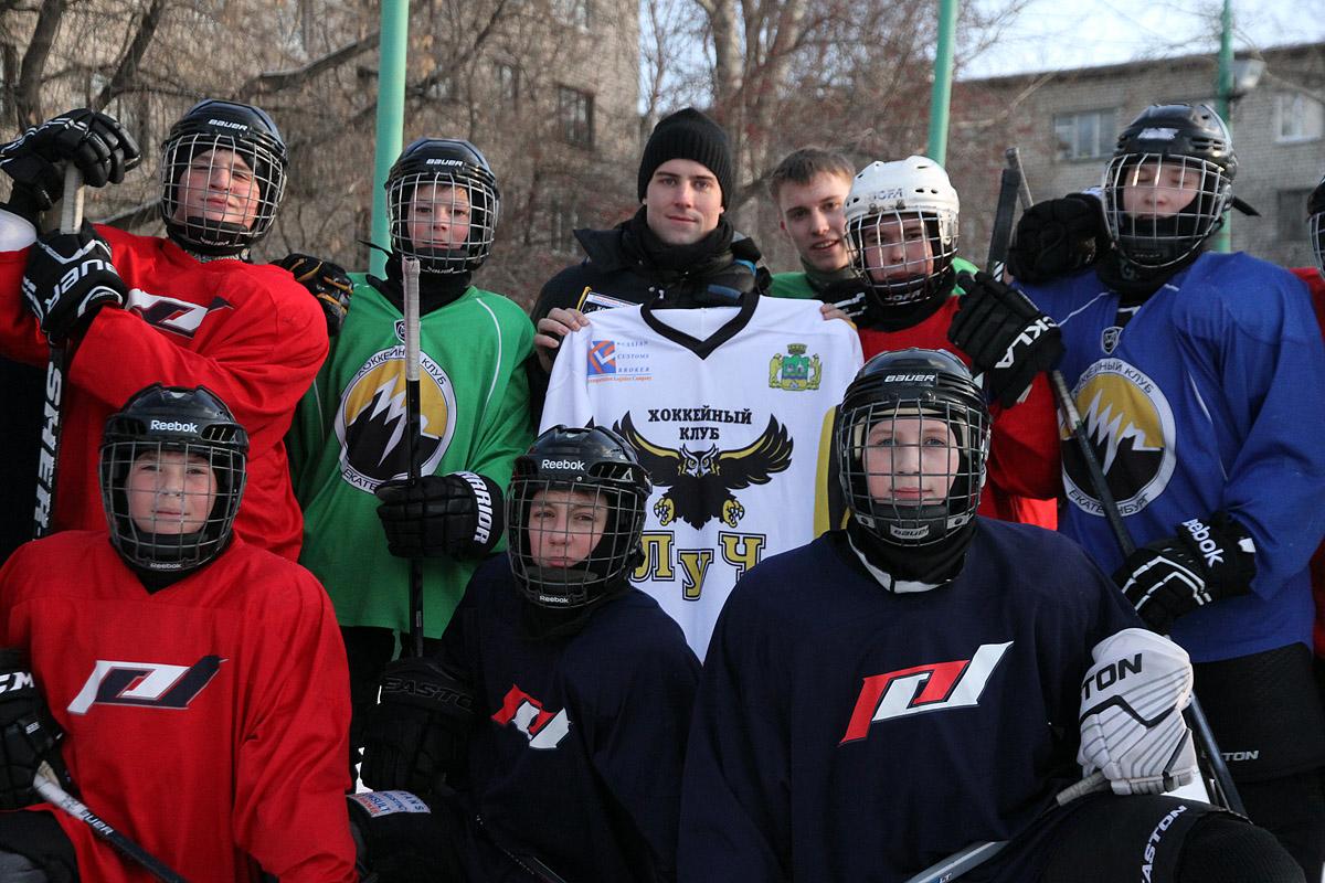 Хоккейная инспекция 66.ru: легионер «Автомобилиста» проверил лед дворовой команды