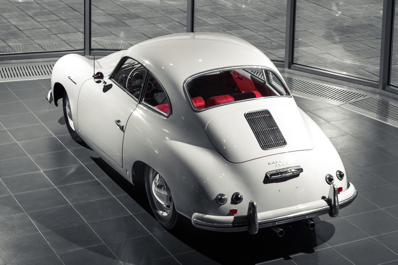 Живая история: в Екатеринбург привезли легендарный Porsche 356