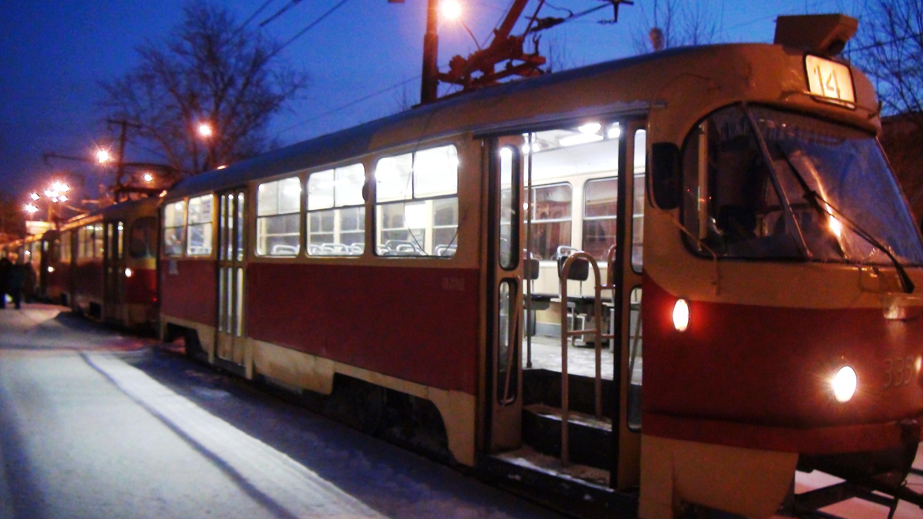 Под Новый год водитель трамвая отправил пенсионерку в больницу