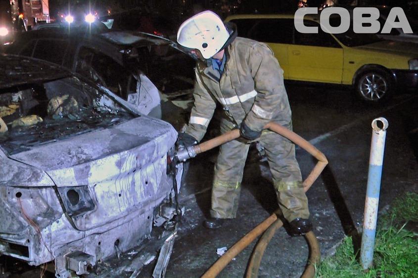 На Металлургов на неохраняемой парковке ночью сгорели три машины