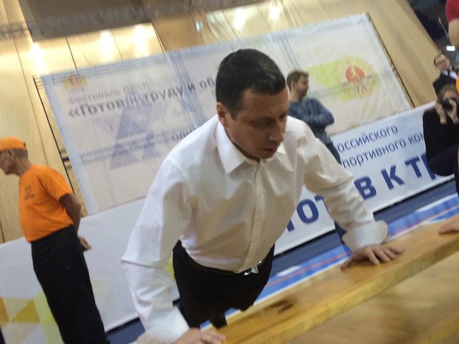 Готов к труду и обороне: министр спорта Свердловской области упал и отжался 25 раз