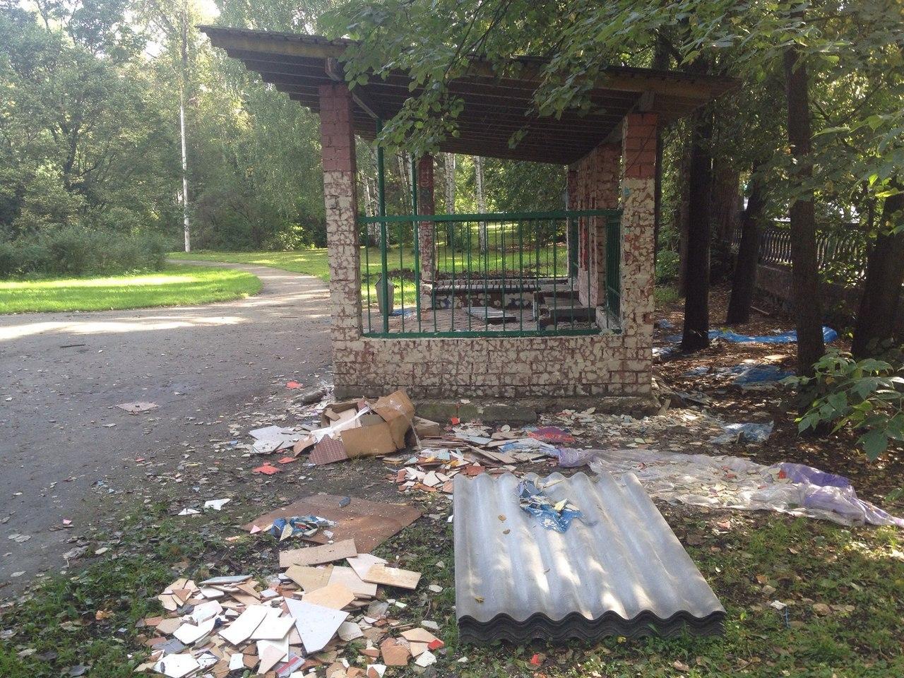 Неизвестные сорвали плитку с мозаичного павильона в дендропарке УПИ