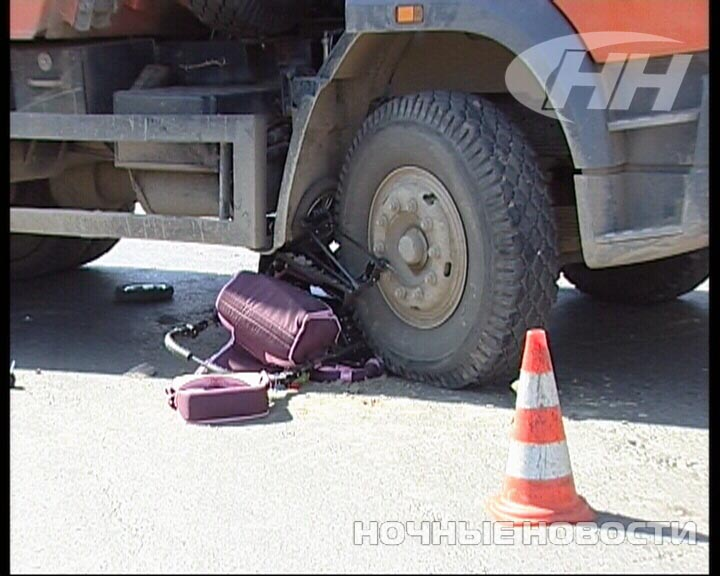 На Космонавтов КамАЗ раздавил коляску с грудным младенцем