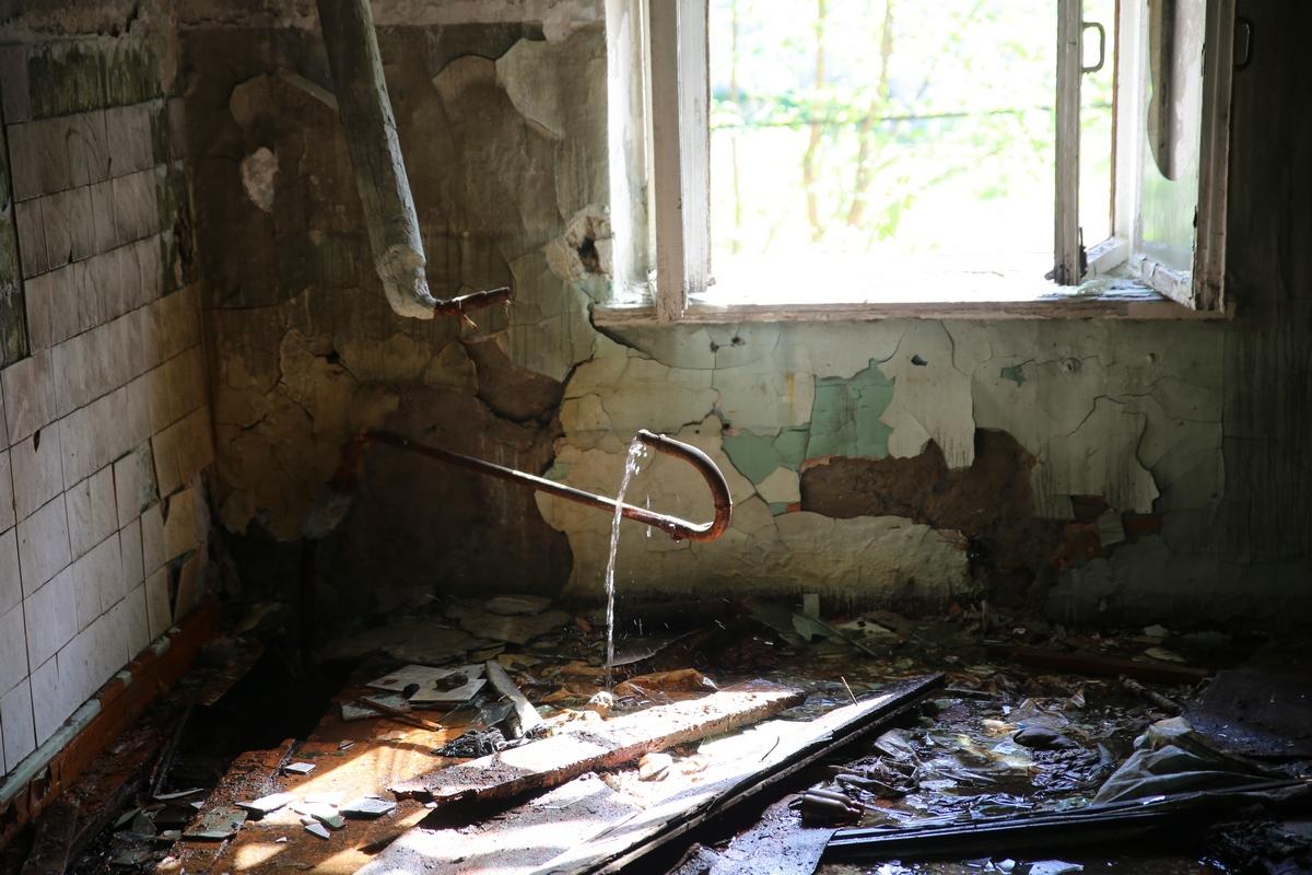 В заброшенном здании на Уралмаше несколько месяцев хлещет вода