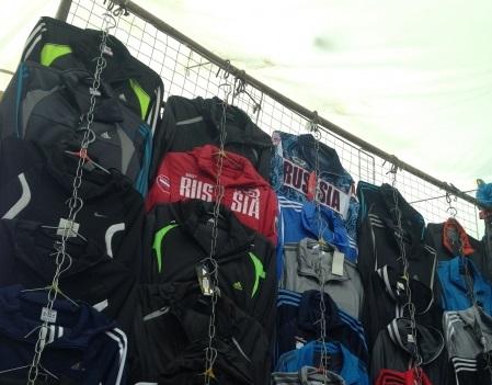 Полицейские забрали липовую одежду с рынка на Технической