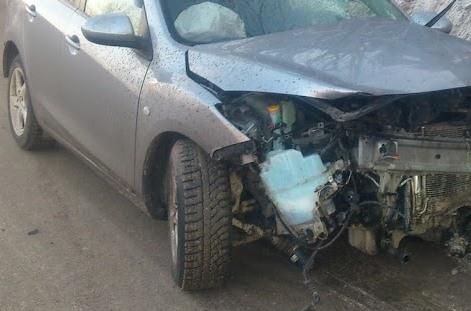 На Объездной Mazda разбилась о столб