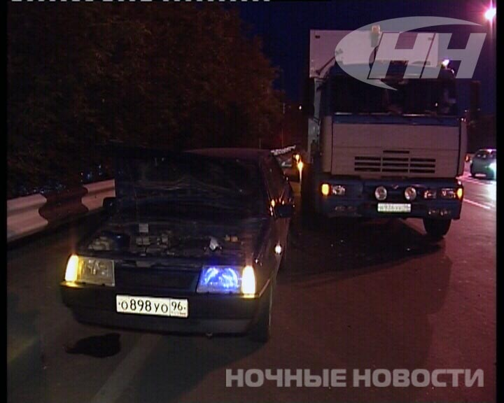 В Екатеринбурге «КамАЗ» протаранил заглохшую «девятку»