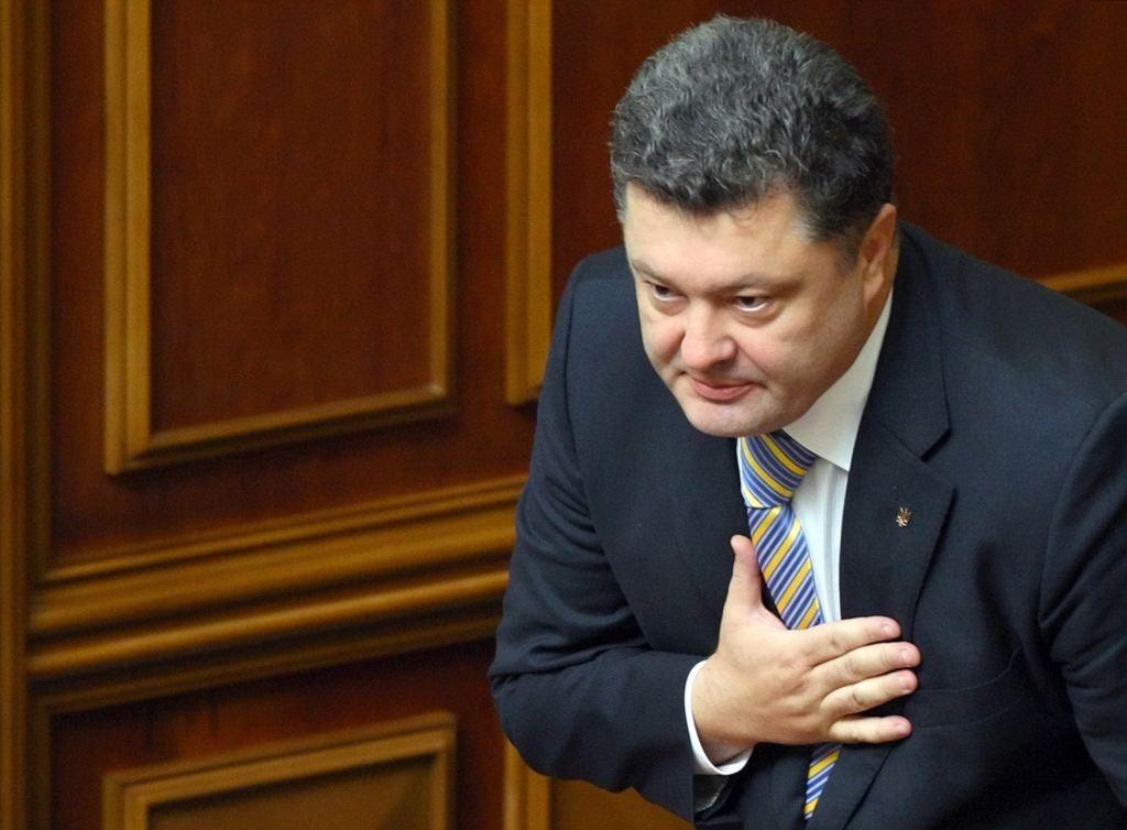 Порошенко предложил заменить в паспортах Украины русский язык на английский