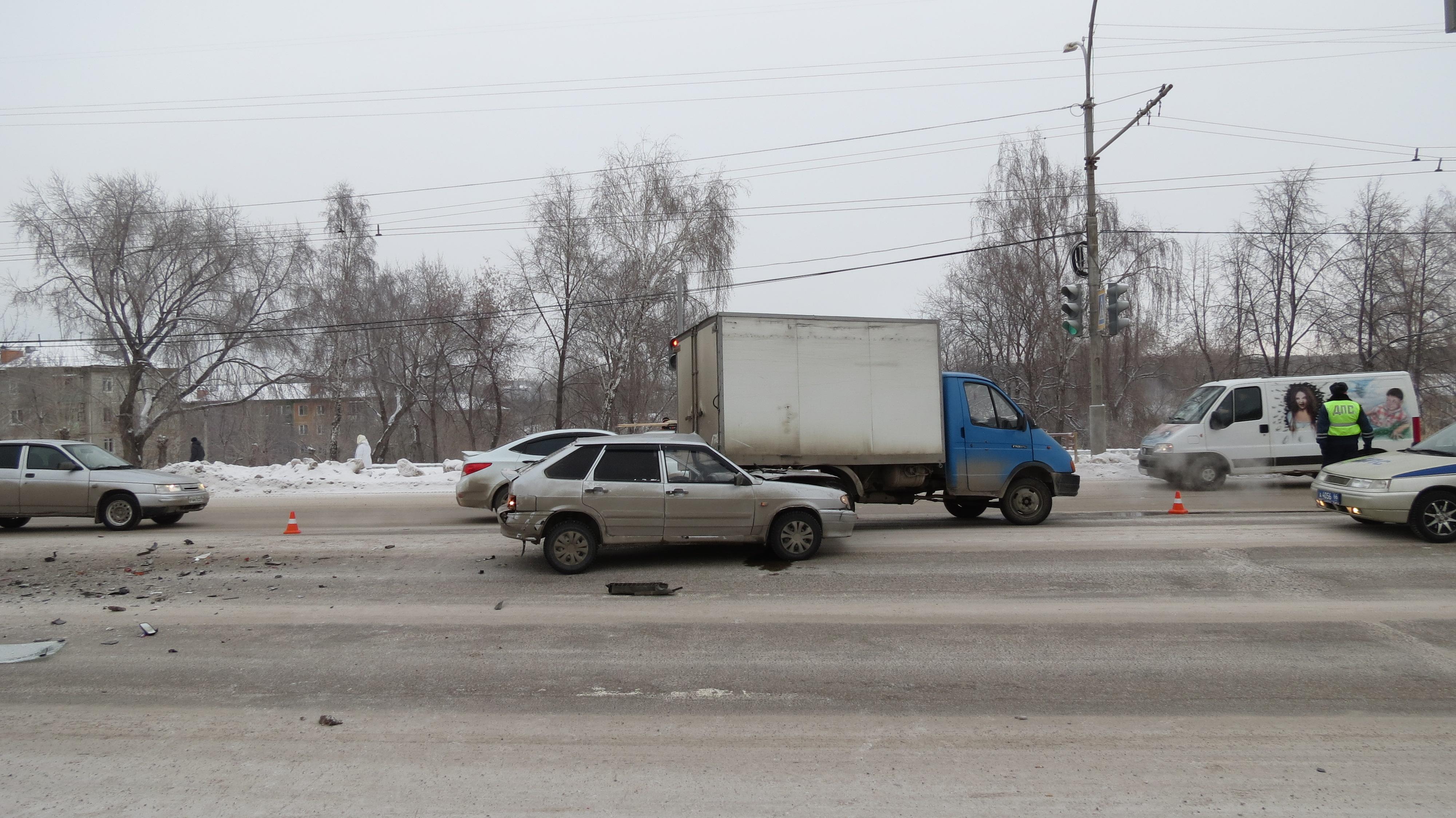 В Каменске-Уральском полицейский на ВАЗе протаранил два авто