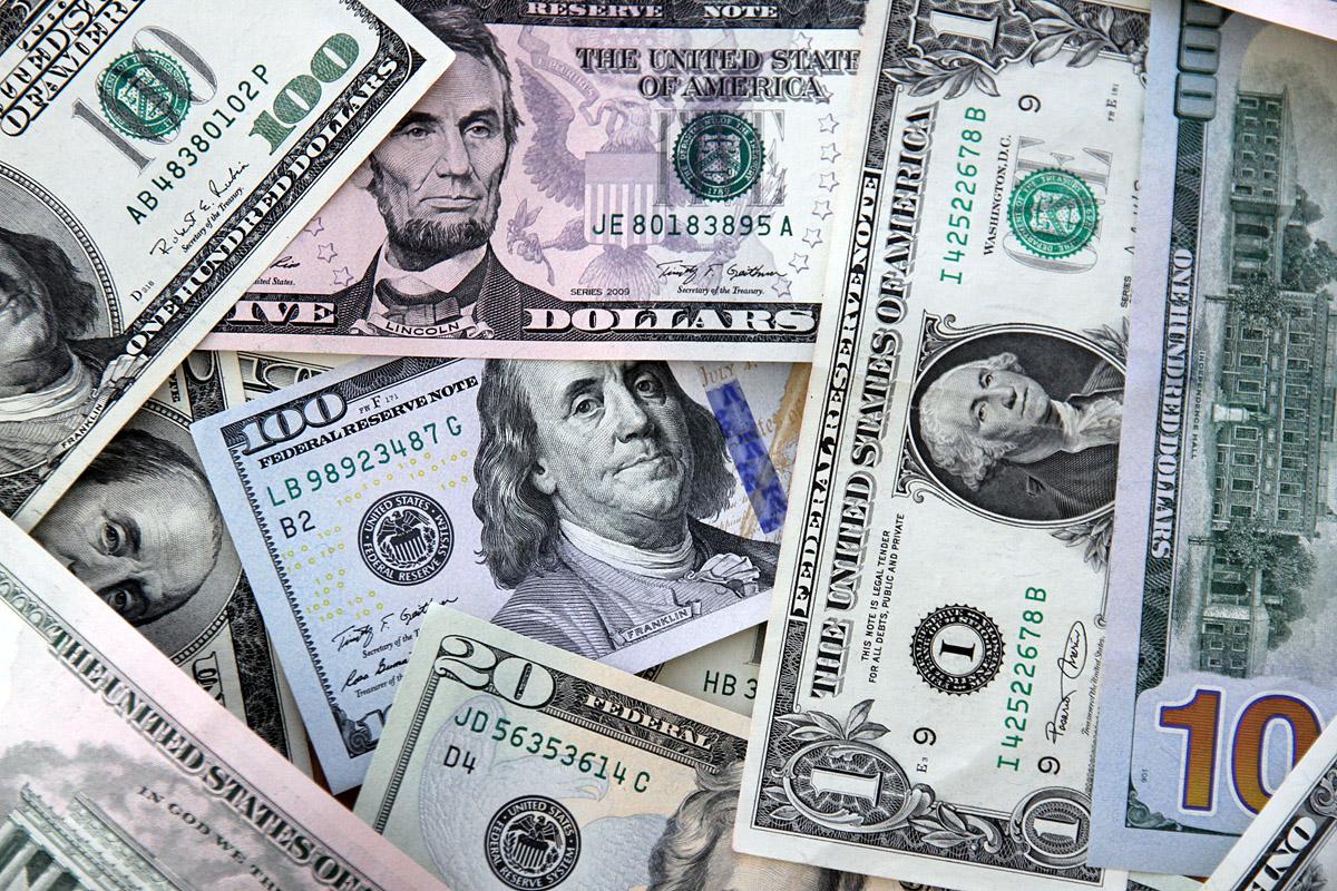 Новые рекорды. В обменниках доллар подскочил до 40, евро ушел выше 50 рублей