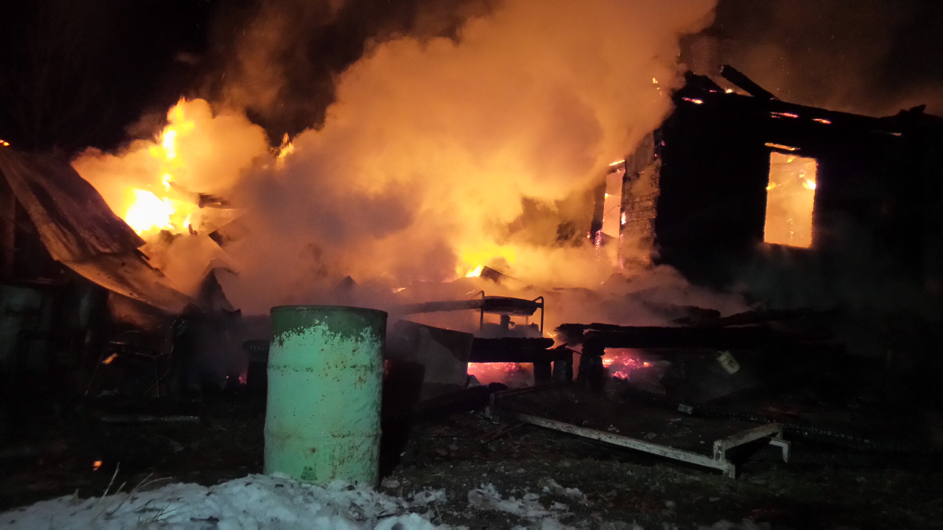 В поселке Оброшинский огонь уничтожил дом и постройки