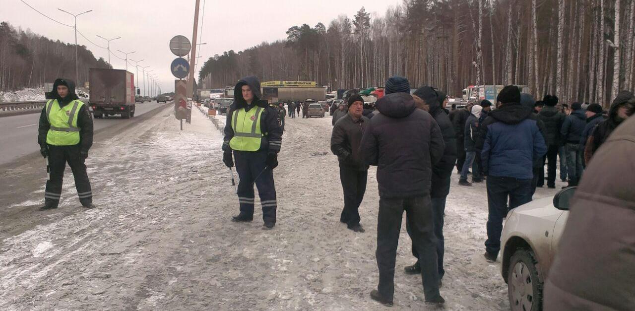 Бастующие дальнобойщики отреклись от помощи КПРФ и собираются штурмовать резиденцию Холманских