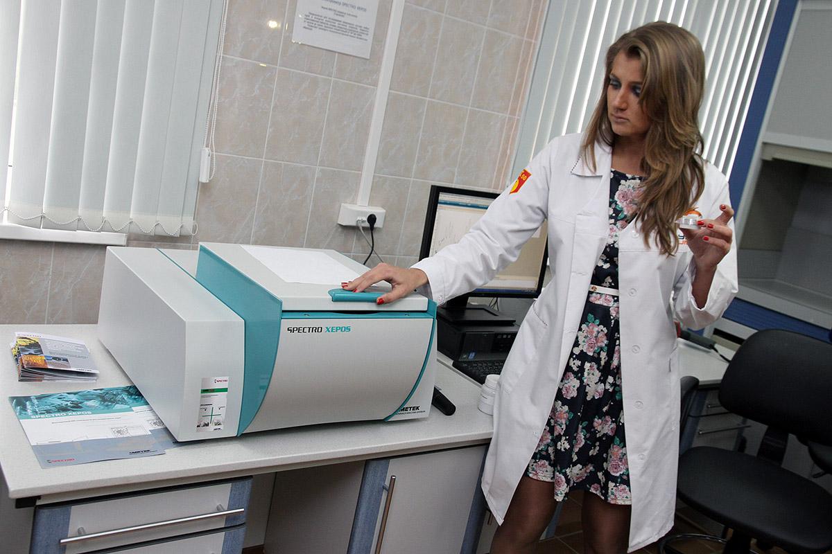 Девушки, губернатор и крутые приборы: изучаем новую лабораторию УГМК