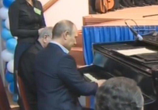 Владимир Путин сыграл на рояле для московских студентов