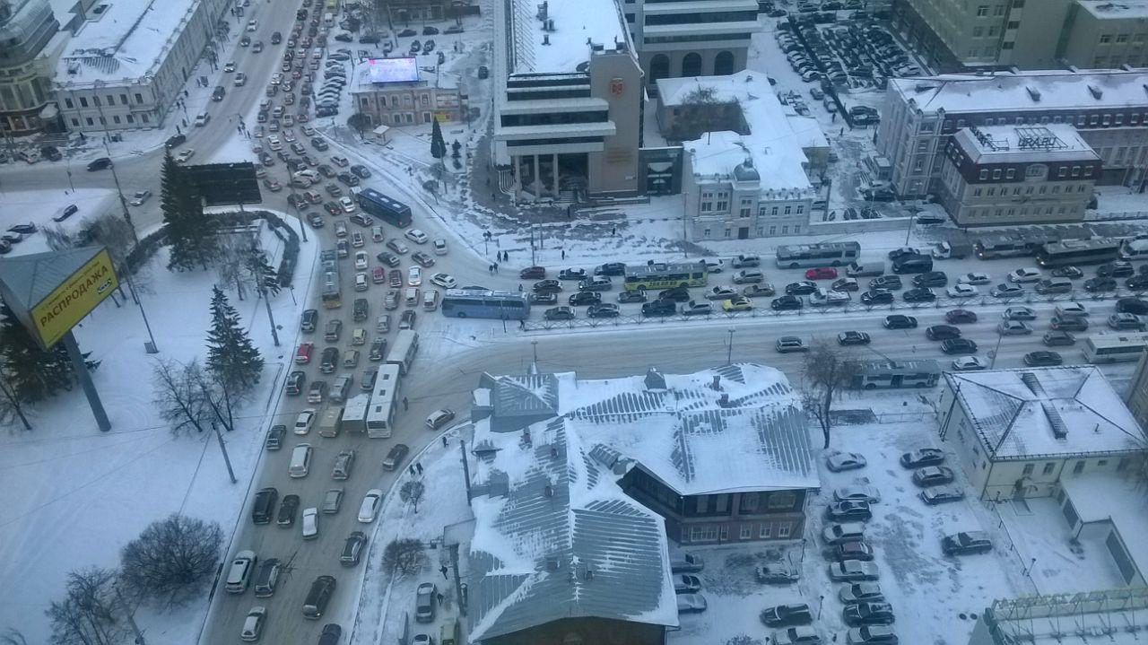 Екатеринбург застыл в пробках в ожидании Нового года