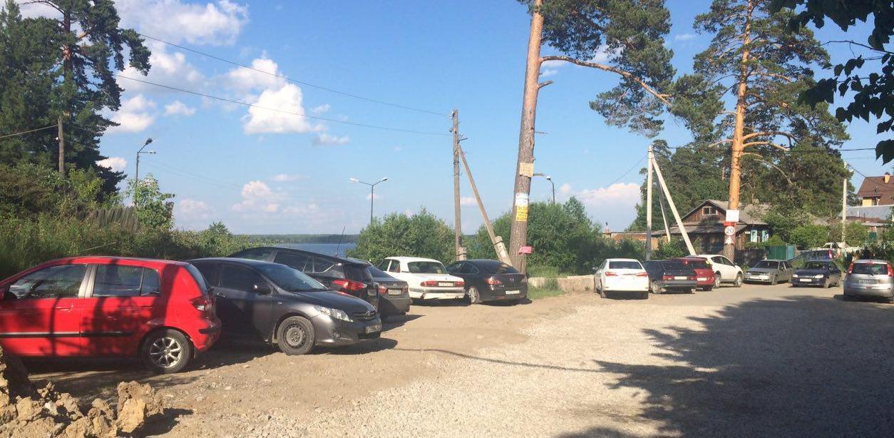 Из-за открытия «Огонь.Пляжа» поселок Санаторный превратился в большую парковку