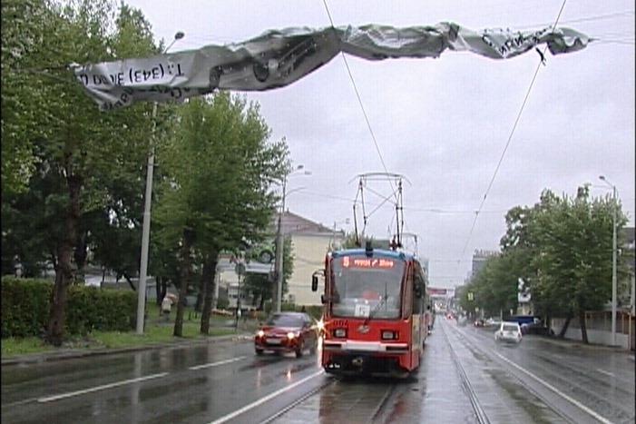 На Московской из-за сорванного ветром баннера встали трамваи
