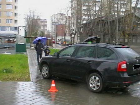 На Уралмаше иномарка сбила двух девушек на тротуаре