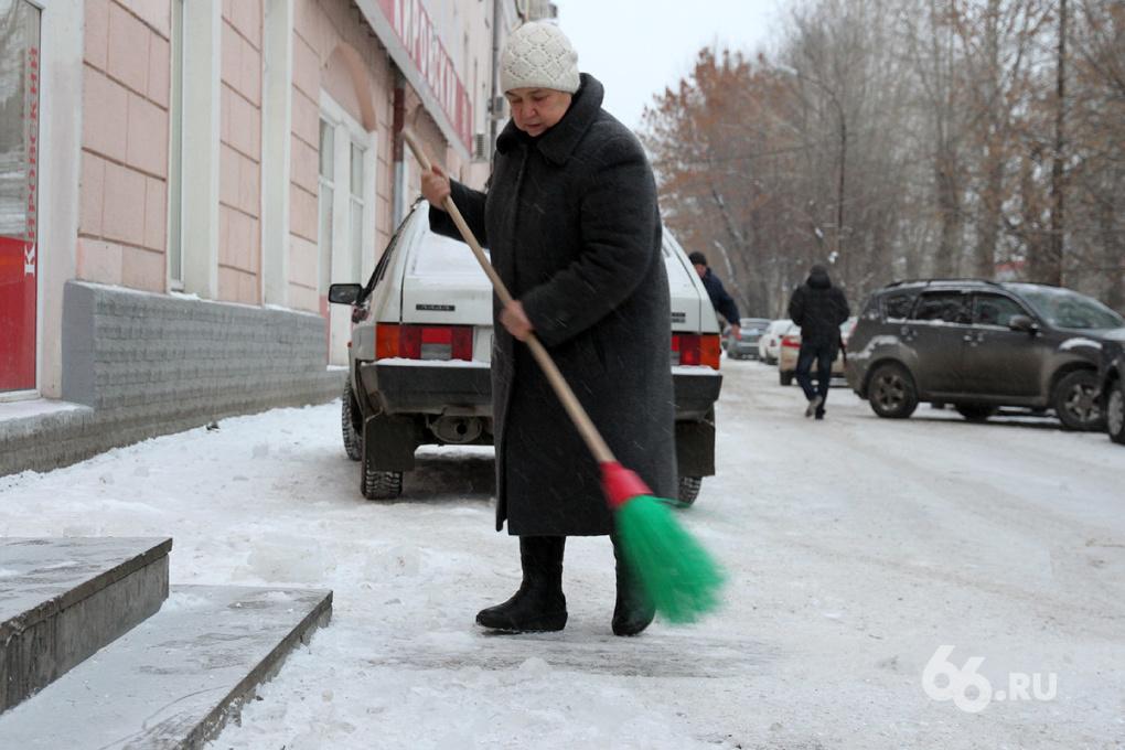 Вспомнили о пешеходах: коммунальщиков заставят расчистить тротуары от снега