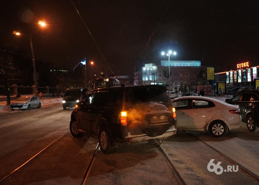 ДТП на трамвайных путях парализовало движение в центре города