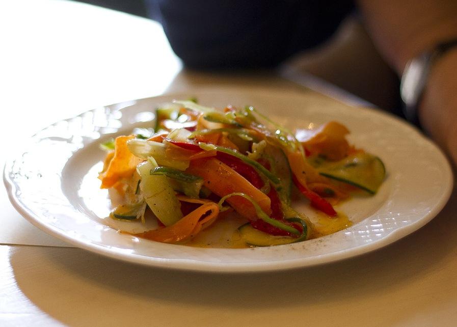 В екатеринбургском кафе нашли салаты с плесенью