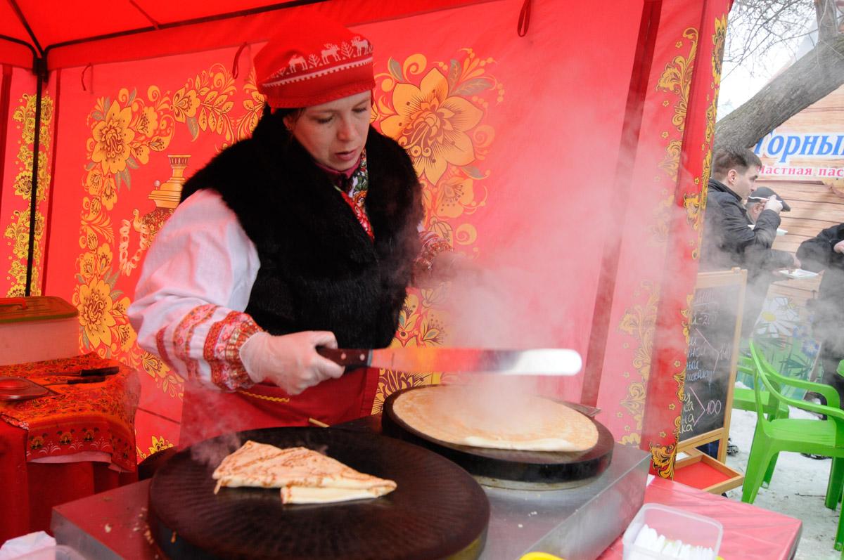 Блины, морозная баня и кулачные бои: Екатеринбург отметил Масленицу
