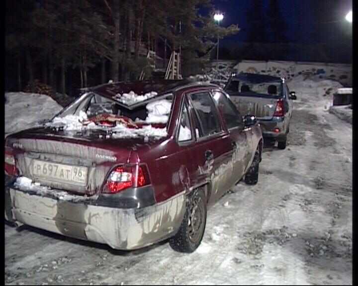 В Березовском сошедший с крыши снег помял 11 машин