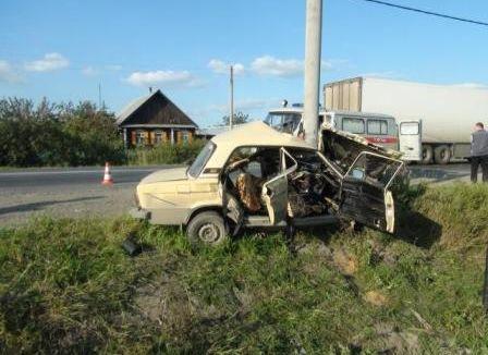 На Тюменском тракте водитель «шестерки» врезался в столб