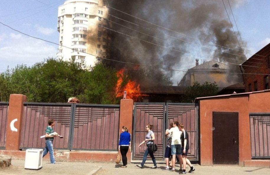 В Екатеринбурге горит здание неподалеку от «Гринвича»