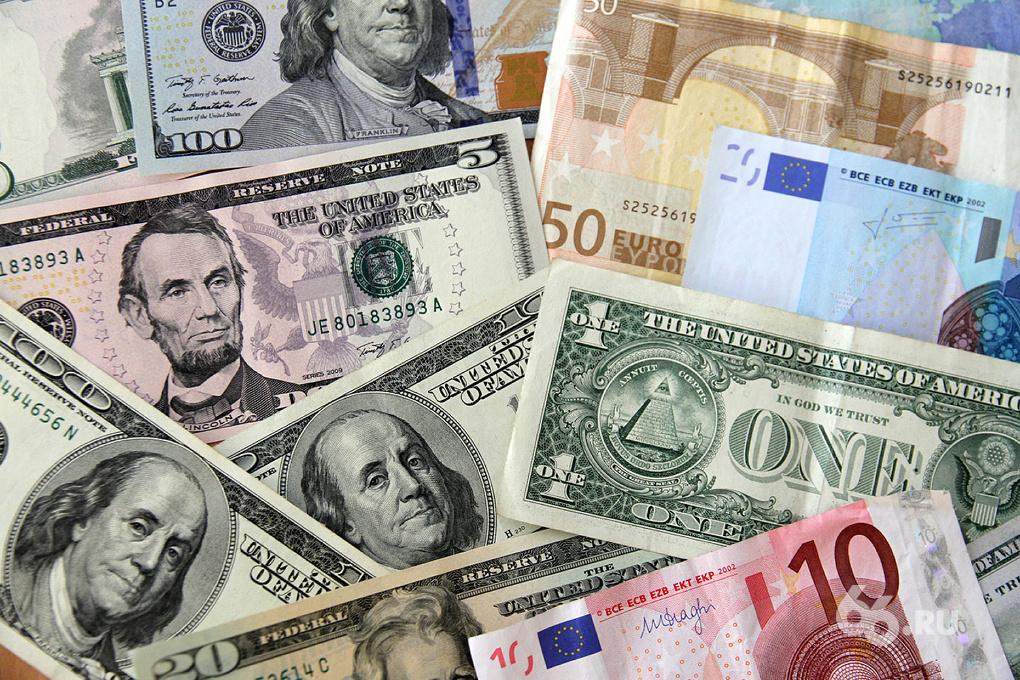 Праздники кончились. Доллар подскочил до 44, евро — до 55 рублей