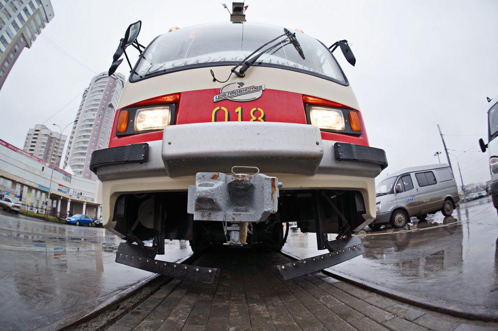 На Московской в трамвай едва не попала подземная молния