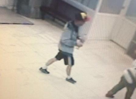 Розыск! Парня в желто-черной бейсболке подозревают в убийстве и изнасиловании